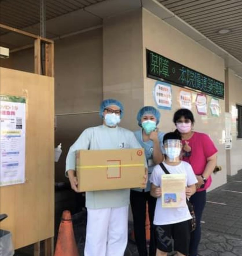二林國小四年級小朋友張竣翔上周也用自己的獎學金買自己最愛吃的雞排,送到二林基督教醫院,為醫護人員打氣。圖/翻攝自二林人大小事臉書