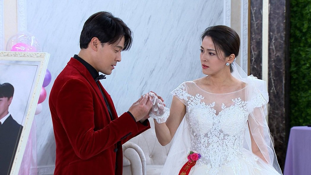 黃文星(左)、蘇晏霈在「多情城市」中舉行婚禮。圖/民視提供
