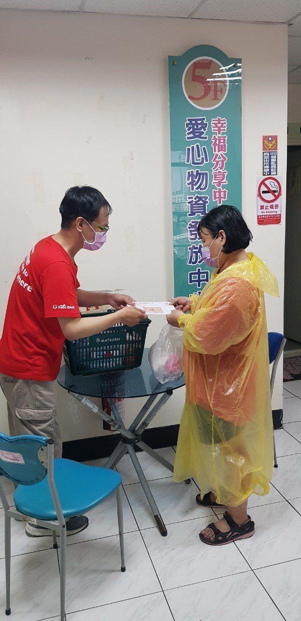 受新冠肺炎疫情影響,高雄市實物銀行求助量增加。圖/高雄市慈善團體聯合總會提供