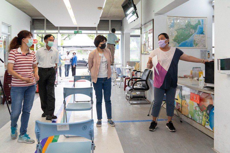 台東縣長饒慶鈴(右二)、衛生局長黃明恩(左二)勘查台東市衛生所準備情況。圖/縣府提供