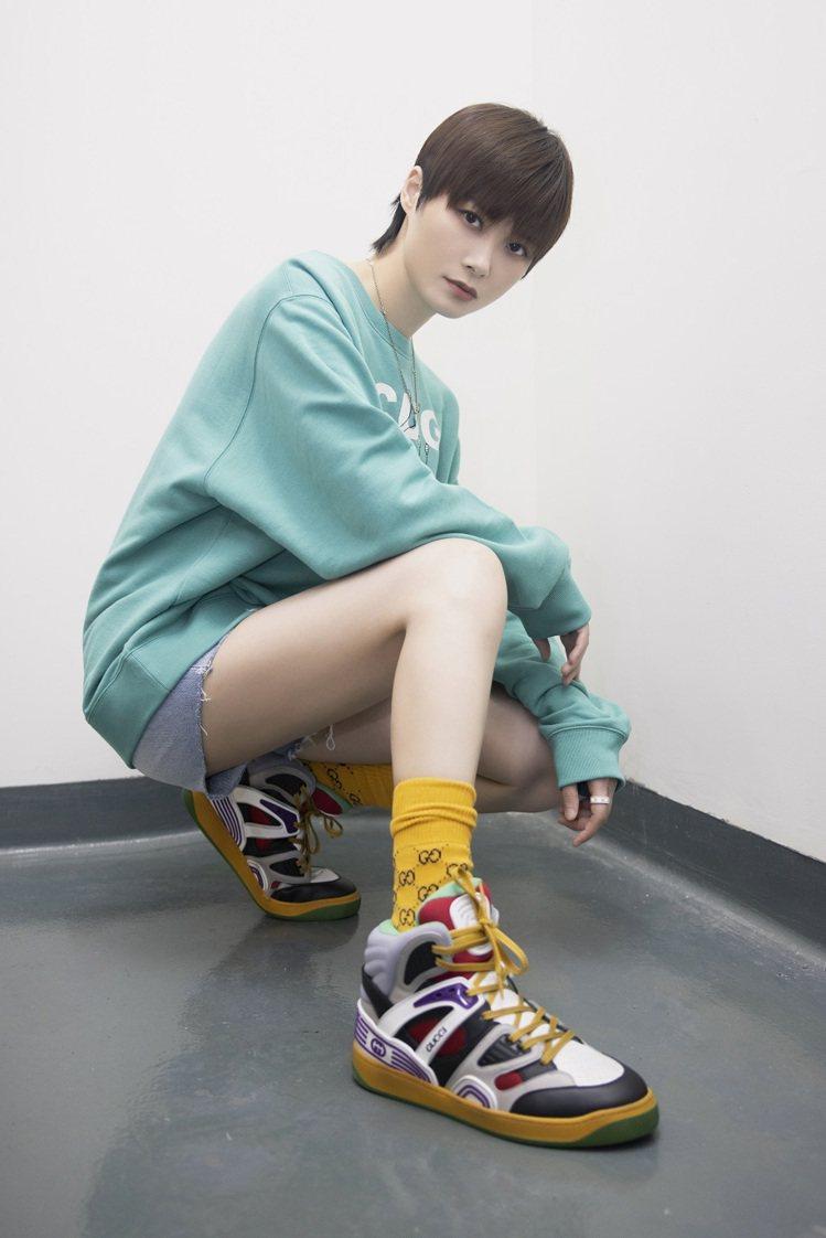 大陸女星李宇春示範Basket系列運動鞋。圖/GUCCI提供