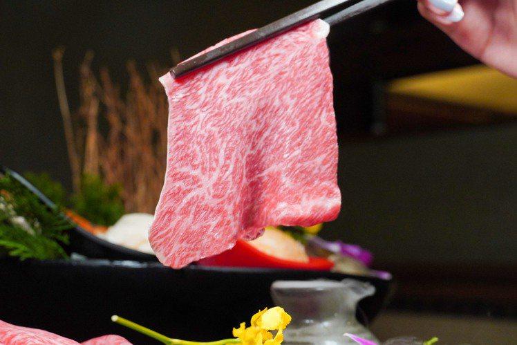 問鼎推出食材外帶5折優惠,「A5宮崎和牛」每份640元。圖/問鼎提供