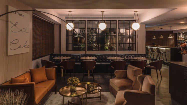 Chou Chou入門客廳以粉色及橘色法式沙發,皮椅搭配大理石圓桌。圖/Chou...