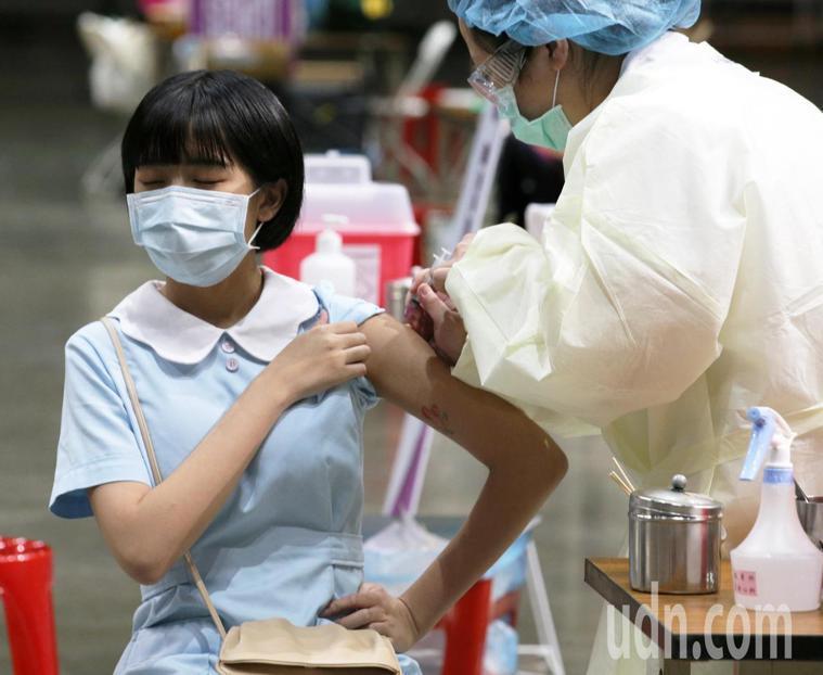 示意圖。4月初已接種第一劑疫苗的醫護,應在6月底前完成第二劑接種,但目前仍無法施...