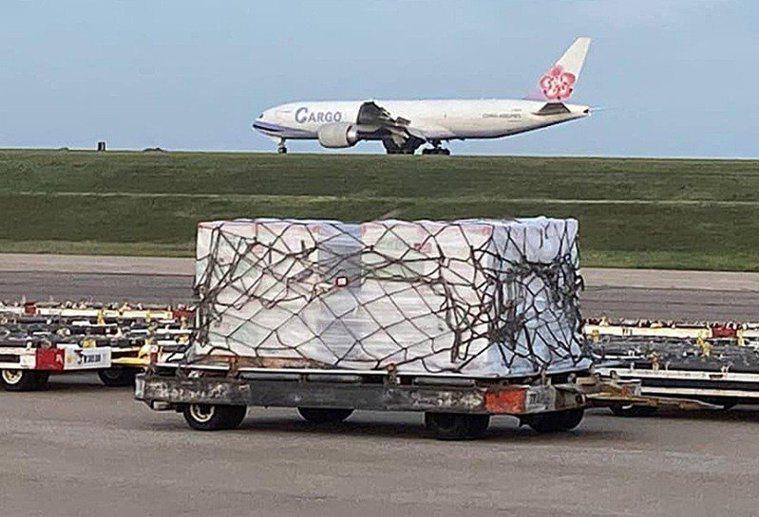 美國捐贈我國250萬劑莫德納疫苗,預計今傍晚五時左右由華航運抵台灣。圖/擷取自駐...