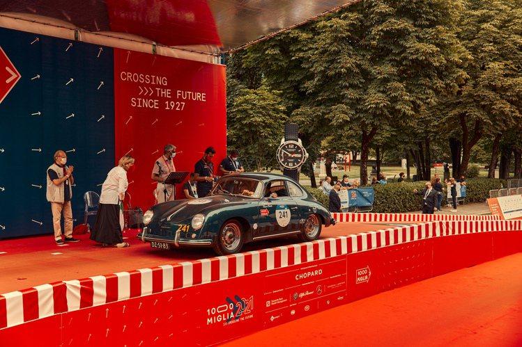 蕭邦車隊的1957年保時捷Porsche 356 A 1600 正準備出發。圖/...