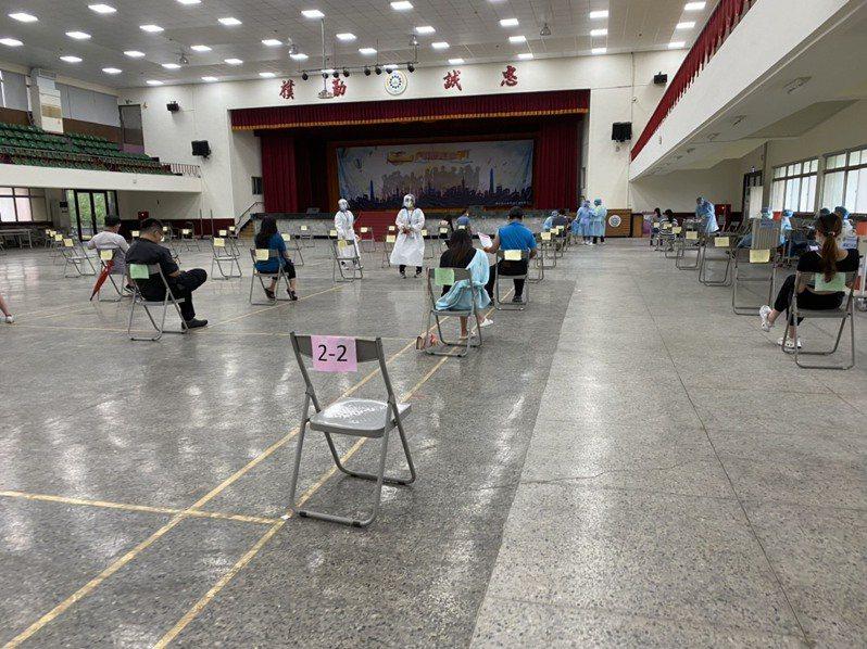 岡山農工接種站,共擺設80個座位,將座位依顏色分為紅色供長輩施打、綠色為第二劑接種,黃色為首次接種。記者陳弘逸/攝影