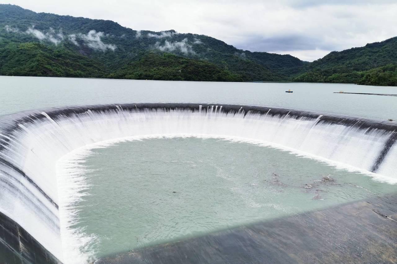 今年首見水滿了!南化水庫滿庫自然溢流中