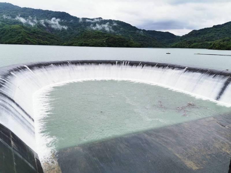 日來進水豐,南化水庫下午2點後達到滿水位,滿溢的水排入溢洪道將排入下游後堀溪。記者謝進盛/攝影