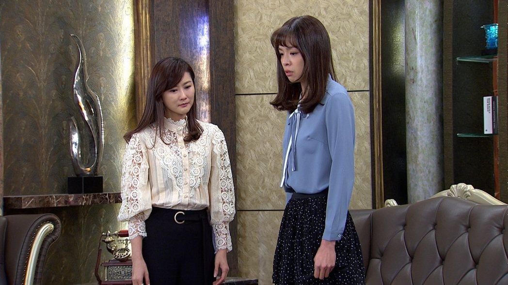 身材高窕的賴郁庭(右)站在飾演媽媽的陳珮騏身邊,被網友虧像「巨嬰」。圖/三立提供