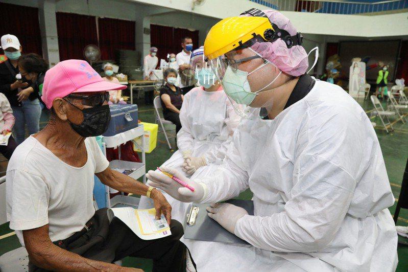 嘉義縣日前開放85歲以上長者優先施打疫苗,這兩天卻出現緩打潮。圖為醫護人員協助長者施打疫苗。圖/嘉義縣政府提供