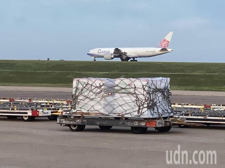 美國援助台灣250萬劑莫德納疫苗,美東時間19日上午自田納西州曼非斯機場出發,駐...