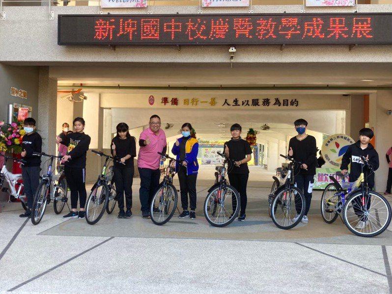 屏東縣新埤國中是縣內國中人數最少的學校,學校從去年起贈送新生一輛腳踏車,圖為去年單車贈送情形。圖/新埤國中提供