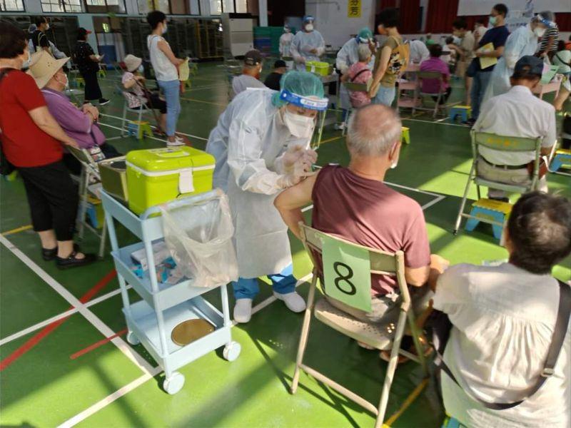 天成醫療體系進一步改良「宇美町」式注射法,民眾在醫師問完診後,馬上就有護理師1對1幫忙施打疫苗,提高接種效率。圖/天成醫療體系提供