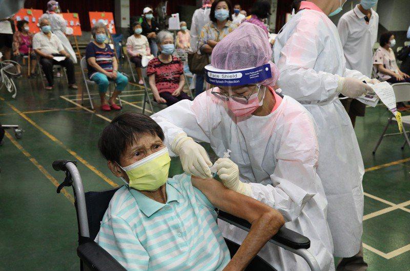 嘉義縣醫護人員協助長者施打疫苗。圖/嘉義縣政府提供
