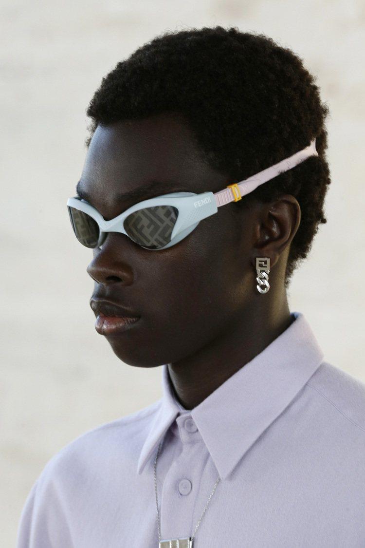 FENDI 2022春夏季與ARENA合作泳鏡、泳帽等夏日單品。圖/FENDI提...
