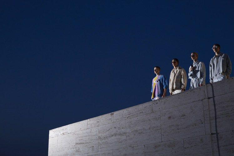 FENDI 2022春夏男裝在服裝、攝影、大秀場景的結合與構想,有極高的完整度