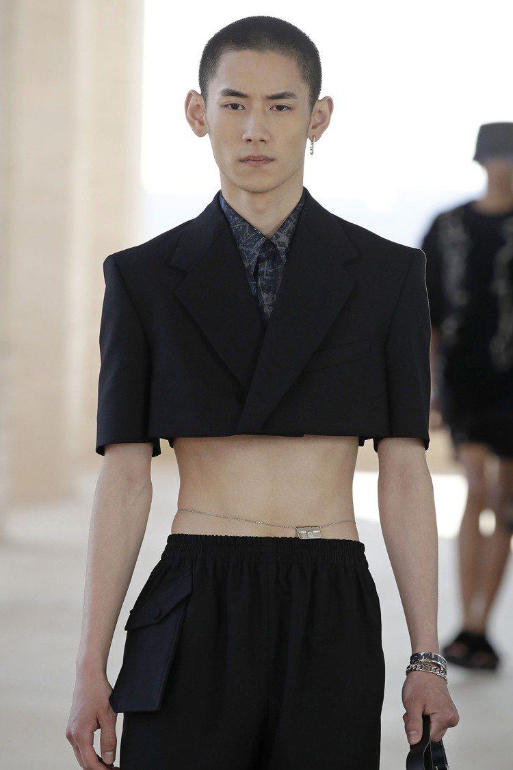短版羊毛夾克,以極為銳利、絕對的線條表現,成為腰際中空的西裝。圖/FENDI提供