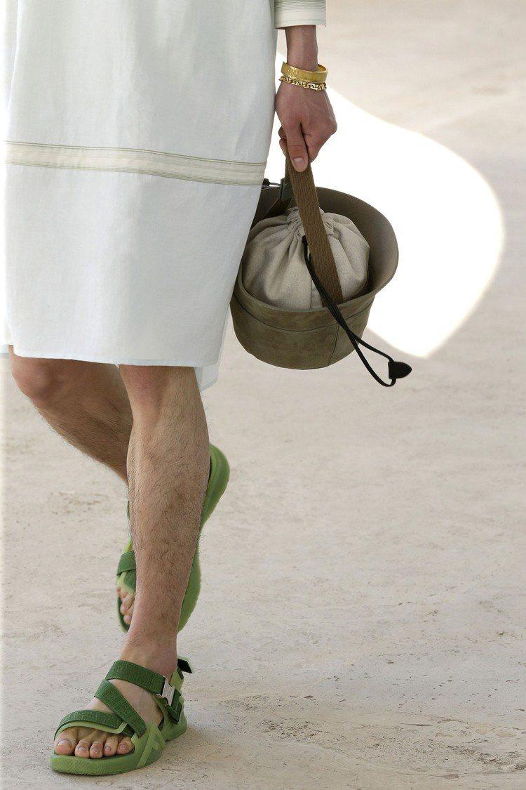 漁夫帽輪廓的包款相當悠閒有趣。圖/FENDI提供