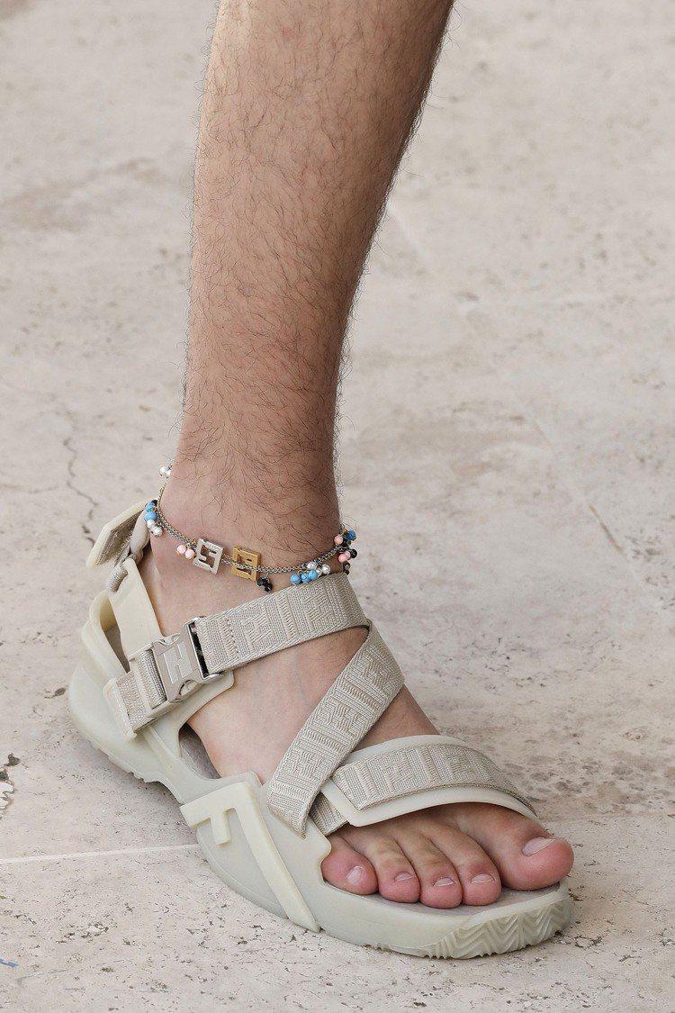 腳鍊是FENDI 2022春夏男裝的搶眼飾品