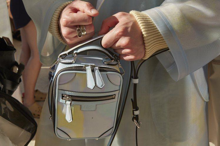 多口袋的工裝與小提包,展現FENDI配件的精緻感。圖/FENDI提供