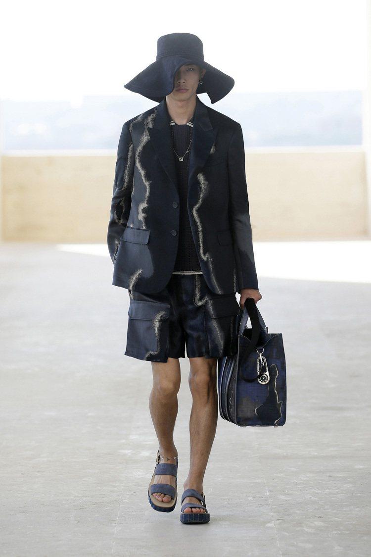 2022春夏男裝有多款造型以西裝結合工裝的風格,帶來層次豐富的視覺。圖/FEND...