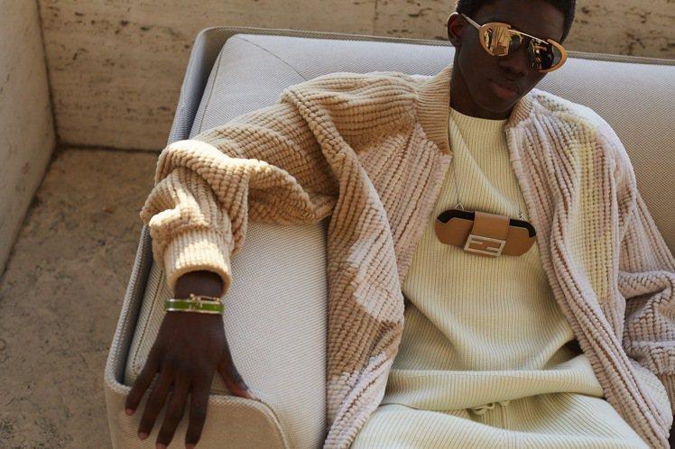 太陽眼鏡盒項鍊、手環等配件,是春夏男裝的極大看點。圖/FENDI提供