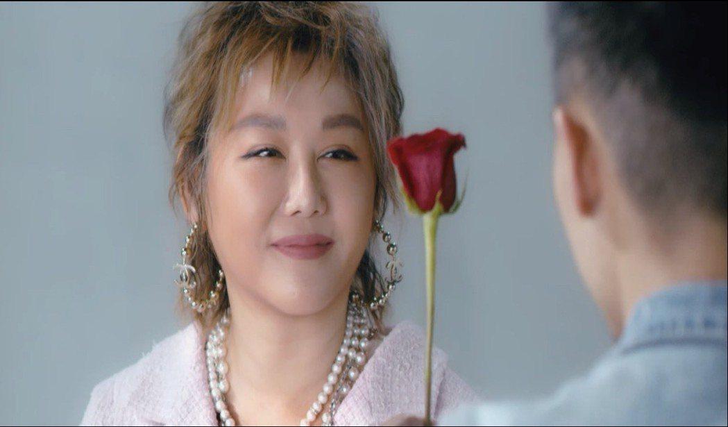 藍心湄為戲劇「妳不能幸福的理由」宣傳片中,被一拿玫瑰花男子下跪求愛。圖/摘自TV...
