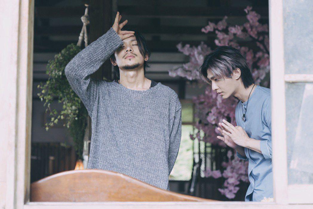 姚淳耀(左)在「我願意」飾演邪教教主,炎亞綸是他信徒之一。圖/絡思本娛樂製作公司