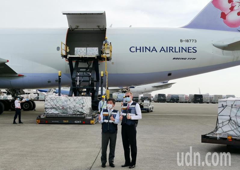 美國贈送250萬劑莫德納疫苗抵桃園機場,指揮官陳時中(右)與台北辦事處處長酈英傑(左)機坪親迎。記者季相儒/攝影