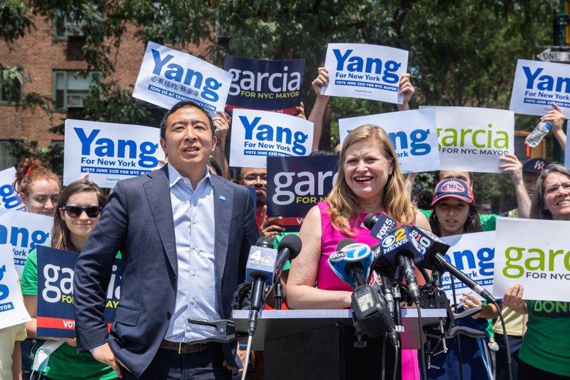民主黨紐約市長初選的台裔參選人楊安澤(前排左)19日與另一參選人賈西亞(前排右)聯袂競選,合體向選民拜票。路透