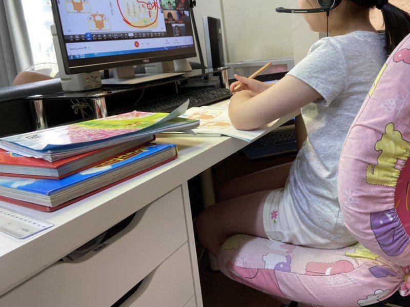 全台因疫情停課,孩子在家線上學習,親子相處時間變長,社會處建議家長可藉此機會更了解孩子的內心及生活。本圖是示意圖。圖/新竹縣政府提供