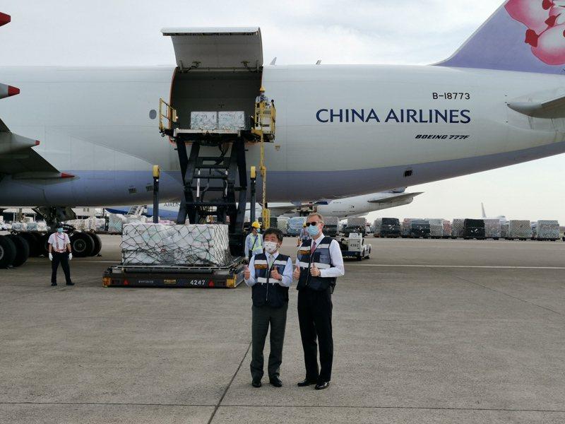 美國贈送250萬劑莫德納疫苗抵桃園機場,中央流行疫情指揮官陳時中(左)與美國在台協會(AIT)台北辦事處處長酈英傑(右)機坪親迎。記者季相儒/攝影
