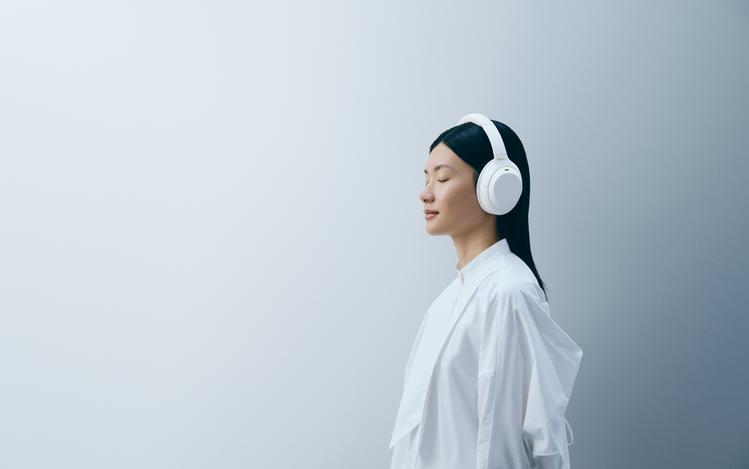 Sony WH-1000XM4靜謐白可毫無違和的融入各類型時尚穿搭,隨行享受高品...