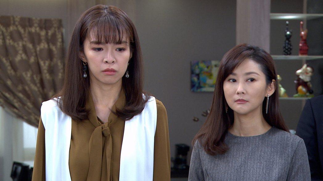 賴郁庭(左)站在飾演媽媽的陳珮騏旁邊,被虧像「巨嬰」。圖/三立提供