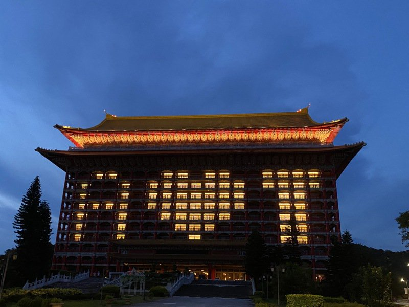 為了感謝美國,圓山晚間點燈「A♥T」。圖/圓山飯店提供