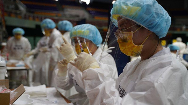 屏東縣今發生縣內第三起施打AZ疫苗後死亡個案,是93歲患有阿茲海默症的老翁,16日上午打完疫苗後,20日下午突然過世,圖為疫苗施打整備情形。圖/屏東縣府提供