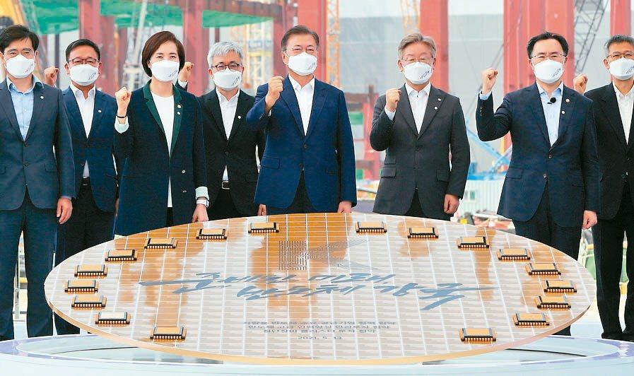 三星正把平澤發展為晶片生產重鎮,這從南韓總統文在寅(左五)5月選擇在平澤發表韓國...
