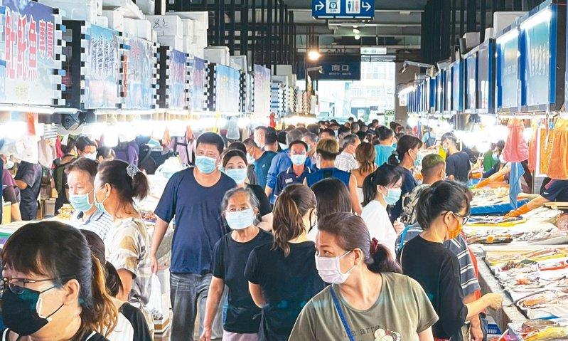 高雄梓官區蚵仔寮觀光魚市場內外昨天下午湧進大批購買海鮮民眾,未能拉出彼此安全距離。記者劉學聖/攝影