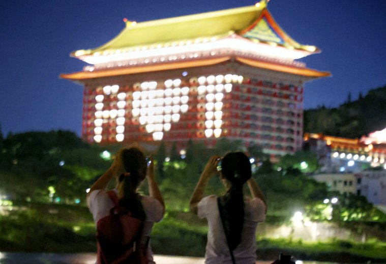 台北圓山飯店昨晚點燈,排出字母感謝美國捐贈二五○萬劑莫德納疫苗,有民眾結伴前往河...