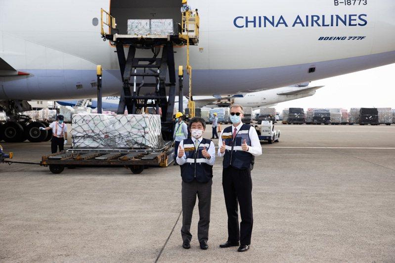 美國政府贈我二五○萬劑莫德納疫苗昨天抵台,指揮官陳時中(左)和AIT處長酈英傑(右)至機場,在疫苗前比讚。記者季相儒/攝影