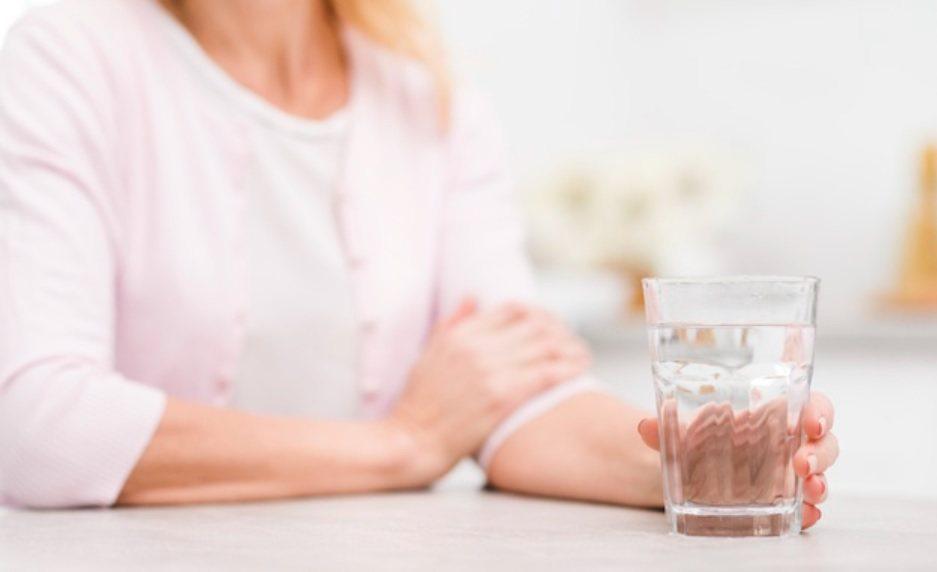 接種完疫苗要定時量測體溫多喝水,但洗腎病人要記得打完不能喝太多水。 圖/free...