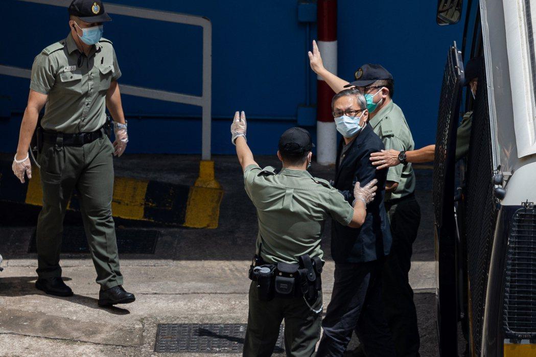 壹傳媒行政總裁張劍虹、《蘋果日報》總編輯羅偉光,依然還押中。圖為張劍虹在荔枝角收...