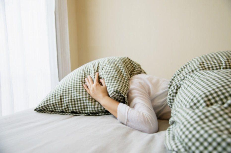 有人習慣周末比平日晚睡,隔天一覺到中午或下午,若生理時鐘易紊亂,可能導致平日晚上...