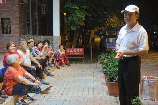 林政男(右一)當上鄉代會副主席後,大力推廣傳統技藝。 圖/林政男提供
