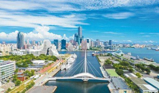 高雄有駁二、大港橋,可騎車漫步人文水岸。  圖/高雄市政府提供