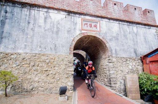 高雄市鳳山區的同儀門,是僅存的老城門,鄰近鳳山溪。  圖/高雄市觀光局提供