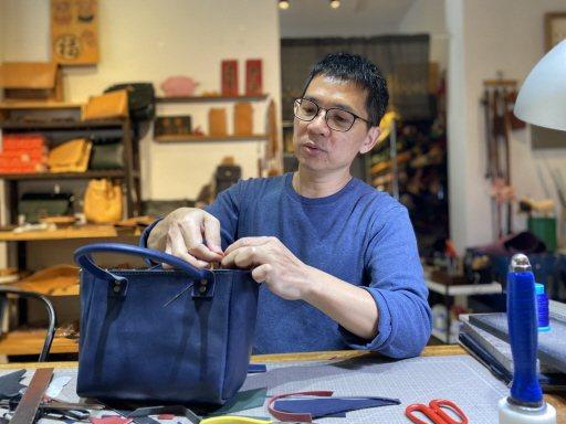 劉皇模感謝妻子的付出,他說,妻子擅長製作皮飾、打版、設計,也是他從事手工創作的老...