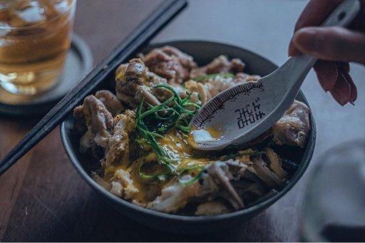 「美味拍手」分享在家就能輕鬆做的親子丼。  圖/美味拍手提供