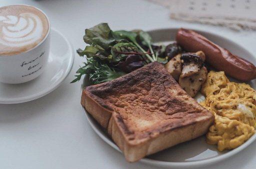 學會義式杏鮑菇作法,再簡單搭配炒蛋、煎熱狗、烤吐司、生菜,就是豐盛的早午餐。 ...
